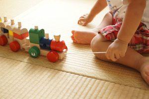 Eine Krabbelunterlage schütz Kinder und bietet Platz zum Spielen