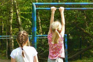 Das Klettergerüst ist erst für ältere Kinder